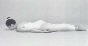 Donna in posizione per Kirtan Krya meditazione