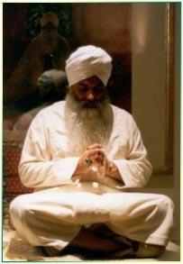 Yogi Bhajan in meditazione davanti a un'immagine di Guru Nanak