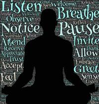 figura in posizione yoga